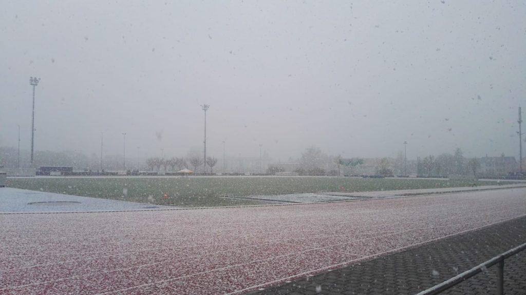 Schneefall auf dem Fußballfeld